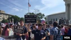 Militants pro-life devant la Cour suprême à Washington le 27 Juin 2016. (J. Oni/VOA)