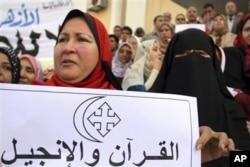 Une Egyptienne exprimant sa solidarité avec les chrétiens lors d'une manifestation, le 5 janvier, à l'université al Azhar du Caire