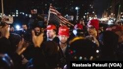 Sur la place Franklin, des miltants de Trump sont arrivés dans la manifestation anti-trump, à Washington DC, le 20 janvier 2017. (VOA/Nastasia Peteuil)