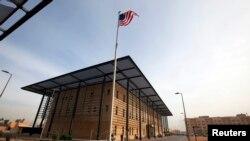 Bendera AS berkibar di depan Gedung Annex I di dalam kompleks Kedutaan Besar AS di Baghdad, Irak, 14 Desember 2011. (Foto: Reuters)