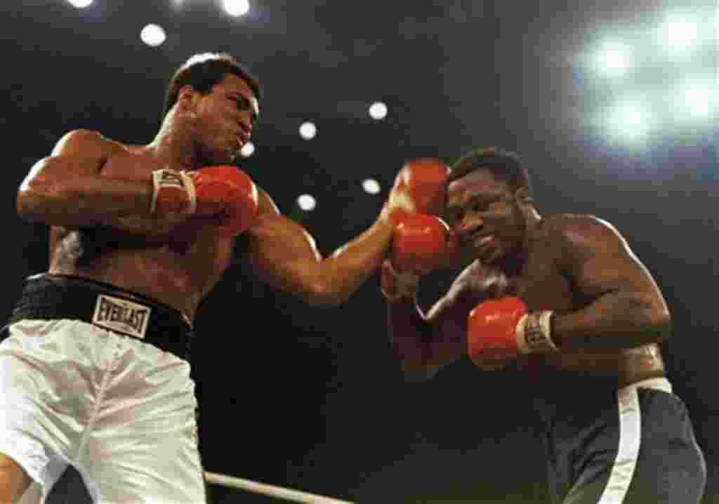 """Joe Frazier y Muhammad Ali durante el combate llamado """"Suspenso en Manila"""", considerado como uno de los más famosos eventos deportivos de la historia, realizado el 1º de octubre de 1974."""