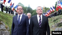 Tổng thống Pháp Francois Hollande (trái) Tổng thống Đức Joachim Gauck tham dự buổi lễ ở Đài tưởng niệm Quốc gia Hartmannswillerkopf ở Wattwiller, miền đông Pháp, đánh dấu 100 năm thế chiến I nổ ra, 3/8/2014.
