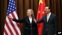 Ngoại trưởng Trung Quốc Dương Khiết Trì (phải) tiếp đón Ngoại trưởng Hoa Kỳ Hillary Clinton khi bà đến thăm Bắc Kinh, 4/9/12