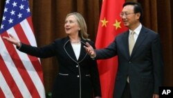 Menlu Tiongkok Yang Jiechi (kanan) menyambut kunjungan Menlu AS Hillary Clinton di Beijing (4/9). Clinton mendesak Tiongkok untuk menyepakati penyelesaian sengketa wilayah di Laut Cina Selatan.