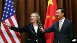 Hillary Clinton û wezîrê derve yê Çînê.