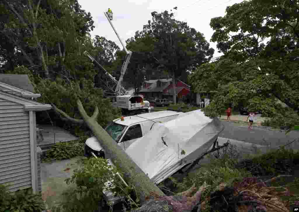 Una camioneta y un barco golpeados por los árboles que cayeron en Northfield, Nueva Jersey, donde los equipos de rescate continúan sus labores de limpieza.