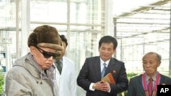 야채 연구소를 시찰하는 김정일 위원장