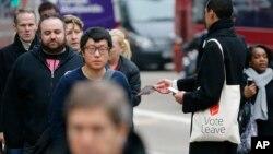 Pristalica izlaska Britanije iz EU deli pamflete u Londonu