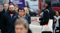 一名支持英国退欧的活动人士在伦敦街头散发传单(2016年3月23日)