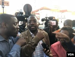 Lawyer Thabani Mpofu speaks to reporters at the Constitutional Court in Harare, Aug. 10, 2018. (C. Mavhunga/VOA)