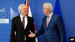 El negociador de la Unión Europea para la salida ordenada de Gran Bretaña, Michel Barnier, derecha, saluda al secretario de Estado británico, David Davis, antes de reunirse en Bruselas el lunes 19 de marzo.