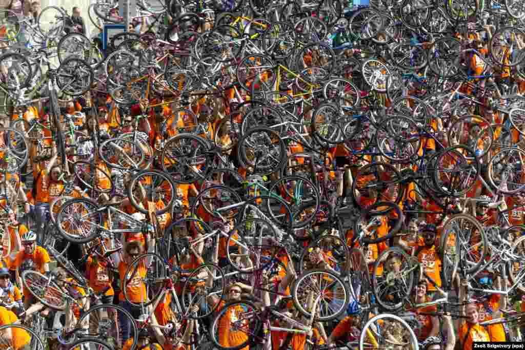 Ribuan pengendara sepeda melakukan unjuk rasa dengan mengangkat sepedanya di Budapest, Hungaria, menuntut pemerintah membangun lebih banyak jalur khusus sepeda di jalan-jalan.