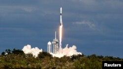 Roket SpaceX Falcon 9 membawa satelit komunikasi Qatar, yang akan menghubungkan Qatar dan bagian lain Timur Tengah, Afrika Utara, dan Eropa. Falcon 9 diluncurkan dari Launch Pad 39A di Pusat Antariksa Kennedy di Cape Canaveral, Florida, AS, 15 November 2018.