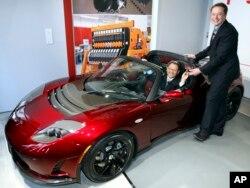 Elon Musk, presidente ejecutivo de Tesla Motors, durante la ceremonia de presentación en la sala de exposiciones de Tesla en Tokio, viernes, 12 de noviembre de 2010.