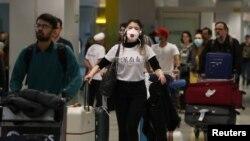 Un voyageur, portant un masque pour éviter le coronavirus, arrive à l'aéroport international de Guarulhos à Guarulhos, État de Sao Paulo, Brésil, le 27 février 2020. (Photo: REUTERS / Amanda Perobelli)