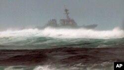 Un barco ayuda en la búsqueda de dos helicópteros de la Infantería de Marina que desparecieron frente a la costa de Oahu, Hawaii la noche del jueves 14 de enero, durante un ejercicio de entrenamiento. El oleaje ha dificultado la búsqueda.