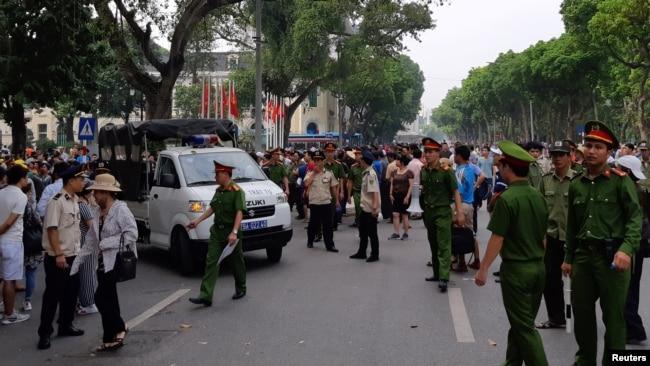 Lực lượng công an và an ninh giải tán cuộc biểu tình ở Hà Nội hôm 10/6.