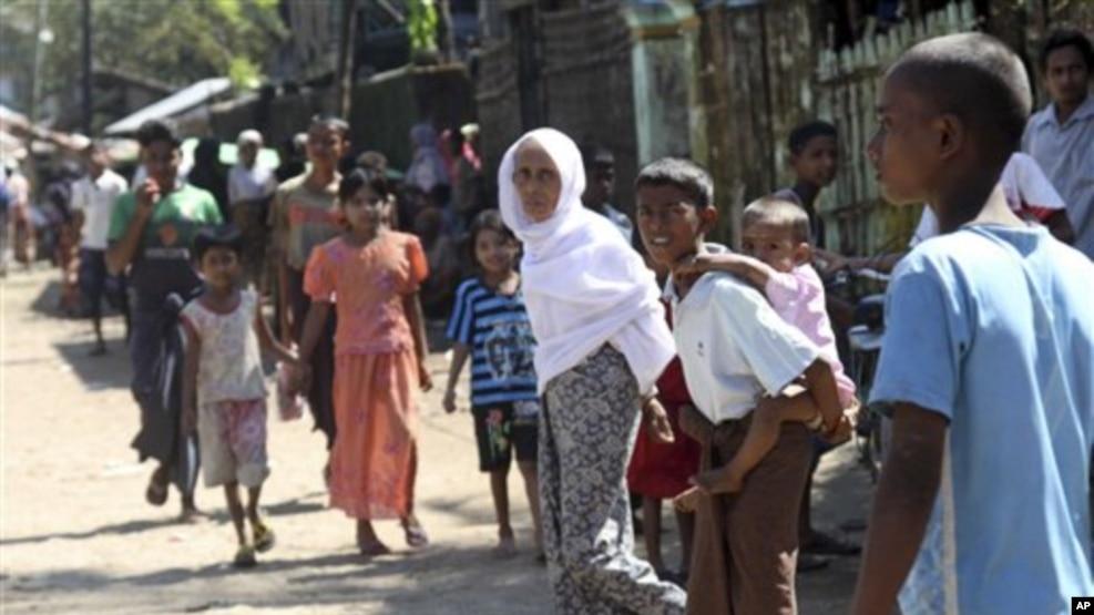 ရခိုင္ျပည္နယ္ စစ္ေတြၿမိဳ႕ ေအာင္မဂၤလာ ရပ္ကြက္ရွိ အစၥလာမ္ ဘာသာ၀င္မ်ားကို ၂၀၁၂ခုႏွစ္ ေအာက္တိုဘာလ ကေတြ႕ရစဥ္။ (AP Photo/Khin Maung Win)