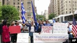 Σε διαδήλωση συμπαράστασης κατέβηκαν οι έλληνες που ζουν και εργάζονται στην Νέα Υόρκη.