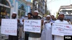 Warga Muslim India melakukan aksi protes sebagai solidaritas, menuntut hukuman berat bagi pelaku serangan dan perkosaan atas sekolah misionaris di Ranaghat, India (VOA/Azizur Rahman)