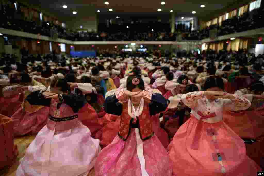 Học sinh mặc trang phục hanbok truyền thống tham dự một buổi lễ tốt nghiệp và trưởng thành tại trường nữ sinh trung học Dongmyeong ở Seoul, Hàn Quốc.