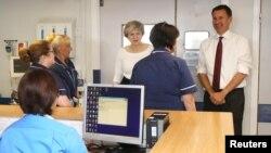 Theresa May et le Secrétaire d'Etat à la Santé Jeremy Hunt s'adressant à des infirmières lors d'une visite au Royal Liverpool University Hospital le 12 octobre 2017.
