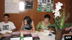 """Nhà văn nữ Phong Thu (phải) tại buổi ra mắt tác phẩm song ngữ """"Sài Gòn mưa vẫn rơi"""" ở Falls Church, Virginia, 30/7/2011"""