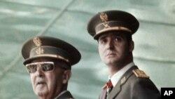 Le dictateur espagnol Francisco Franco (gauche) avec le prince Juan Carlos de Bordon (droite) lors d'une parade militaire.