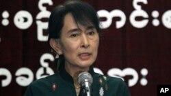 8일 버마 양군 민주주의민족동맹 본부에서 기자회견 중인 아웅산 수치 여사.