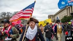 Фото з ходи прихильників Трампа до Капітолію 6-го січня