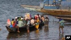 Les passagers à bord d'un bateau de banlieue, sur le fleuve Niger, à Ségou, au centre du Mali, le 15 janvier 2013. (AP Photo/Harouna Traoré)