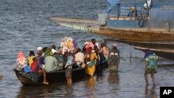 Une pirogue sur le fleuve Niger à Segou au Mali le 15 janvier 2013.
