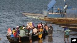 Des passagers d'une pirogue sur le fleuve Niger, à Segou, au centre du Mali, 15 janvier 2013