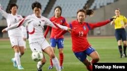 29일 일본 오사카 얀마 스타디움에서 열린 2016 리우올림픽 여자축구 아시아지역 최종예선에서 한국과 북한이 경기를 치뤘다. 한국 장슬기 선수와 북한 리희종 선수가 볼을 다투고 있다.