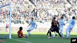 Gol yang dicetak Mattia Destro, ketiga dari kanan, pada menit kelima membawa kemenangan Klub Roma atas Klub Pescara (25/11).).