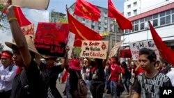ដោយមានកាន់បដាជាច្រើន ក្រុមនិស្សិតបានដើរកង្ហែក្បួនប្រឆាំងតវ៉ាចំពោះច្បាប់អប់រំជាតិកាលពីថ្ងៃទី១៧ ខែវិចិ្ឆកា ឆ្នាំ២០១៤ នៅទីក្រុង រ៉ង់ហ្គូន ប្រទេសមីយ៉ាន់ម៉ា។ ក្រុមនិស្សិតរាប់រយនាក់បានដើរដង្ហែក្បួននៅតាមបណ្តោយផ្លូវនៅក្នុងទីក្រុងYangon នៅក្នុងថ្ងៃទី៤ជាប់ៗគ្នា ដោយទាមទារឲ្យរដ្ឋាភិបាលធ្វើវិសោធនកម្មច្បាប់អប់រំជាតិដែលទើបតែត្រូវបានអនុម័តនាពេលថ្មីៗនេះ ហើយក៏បានចោទប្រកាន់ថាច្បាប់ថ្មីនោះបានដាក់កំហិតដល់សេរីភាពក្នុងការសិក្សា និងថាច្បាប់នោះមិនបានឆ្លុះបញ្ចាំងពីគំនិតរបស់និស្សិត និងគ្រូៗនោះទេ។ (រូបថតដោយ: AP / Khin Maung Win)
