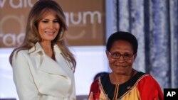 Первая леди США Мелания Трамп вручила награду за мужество Веронике Симогун из Папуа-Новой Гвинеи. Госдепартамент США. Вашингтон. 29 марта 2017 г.