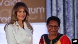 ABŞ-ın birinci xanımı Melaniya Tramp Papua Yeni Qvineyadan Veronika Simoguna Beynəlxalq Qadın Şücaəti mükafatını təqdim edir