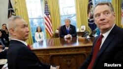 中国副总理刘鹤与美国贸易代表莱特希泽在白宫椭圆形办公室与美国总统特朗普会面。(2019年2月22日)