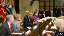 Presiden AS Barack Obama memberikan pernyataan kepada media sebelum pertemuan dengan para eksekutif perusahaan asuransi di Gedung Putih (15/11).