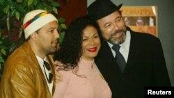 La cantante Eva Ayllón después de uno de los conciertos donde compartió escenario con el cantante Rubén Blades, derecha, y Roberto Blades.