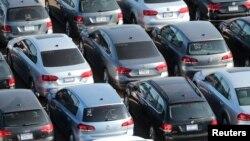 Ratusan mobil diesel Volkswagen dan Audi yang dibeli kembali karena kasus penipuan teknologi emisi, diparkir di sebuah lapangan dekat Victorville, dekat California, 28 Maret 2018. (Foto: Reuters)