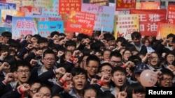 """2018年3月12日,在中国河南省安阳市的一所高中,年度性全国""""高考""""之前,学生参加宣誓大会。"""