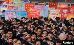 지난 3월 매년 열리는 중국의 대학입시시험(가오카오)에 앞서 열린 선서식에서 학생들이 시험을 치게 될 상급생을 위해 응원하고 있다.