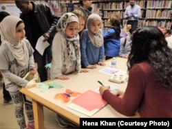 Penulis Hena Khan memberikan tanda tangan dalam sebuah acara di Perpustakaan Umum Takoma, Maryland, 28 Februari 2019. (Foto: Hena Khan)