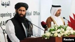 Seorang perwakilan Taliban (kiri) dalam kunjungan di Doha, Qatar (foto: dok). Taliban secara resmi membuka kantor baru di Doha, Qatar.