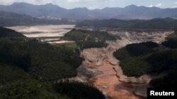 Une vue panoramique du barrage appertenant à Vale SA et BHP Billiton Ltd. qui a cédé à Mariana, Brésil, 10 novembre 2015.