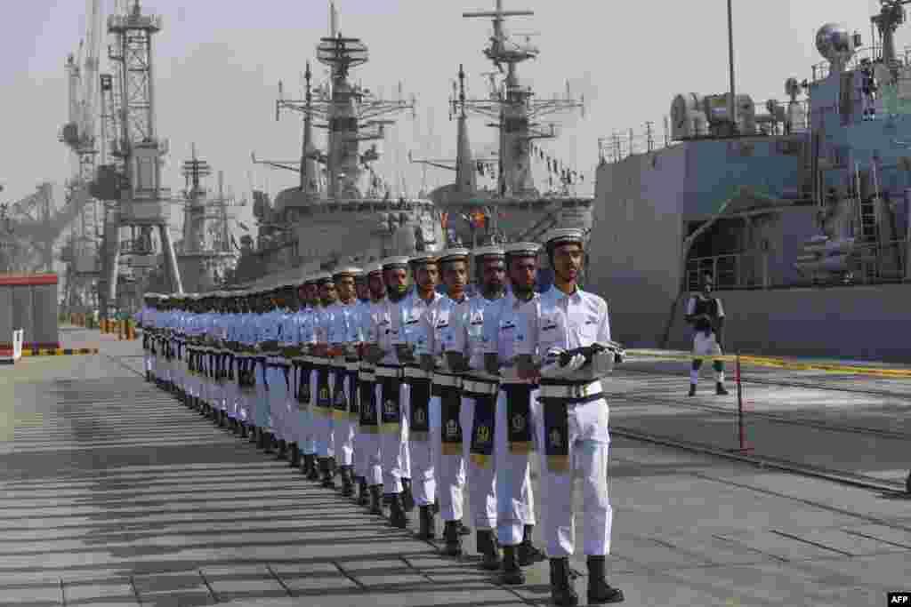 Pokiston dengiz floti harbiylari xalqaro mashg'ulotlarda ishtirok etadigan mamlakatlar bayroqlarini olib o'tmoqda. Karachi