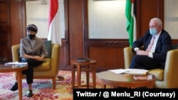 Menlu Palestina Riyad Al-Maliki dan Menlu RI Retno Marsudi di kawasan wisata Laut Mati, Yordania, 10 Februari 2021. (Foto: Twitter/@Menlu_RI)