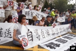 反对台湾司法院大法官针对同性婚姻释宪案所作裁决的群众在台湾立法院外面示威